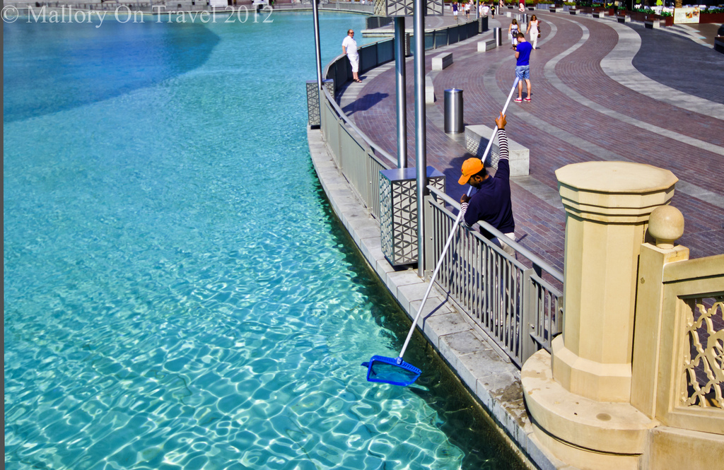 The pool cleaning of the fountain pools of the emirate of Dubai in the United Arab Emirates on Mallory on Travel adventure photography Iain Mallory-300-12