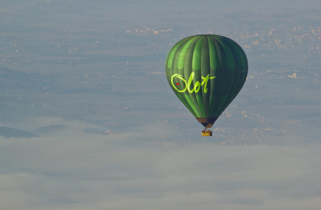 New media opprtunity, hot air ballooning over the La Garrotxa volcanic region of Catalonia, Spain on Mallory on Travel, adventure, photography Iain_Mallory_03742