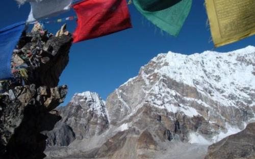 Prayer flags in the Himalaya on the Everest Base Camp trek on Mallory on Travel, adventure, adventure travel, photography SS_PRAYER_FLAGS_1