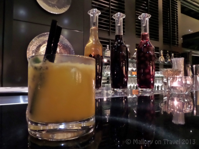 New bar in the Four Seasons hotel in the sovereign city of Singapore on Mallory on Travel adventure, adventure travel, photography Iain Mallory_2618_fourseasons_singapore