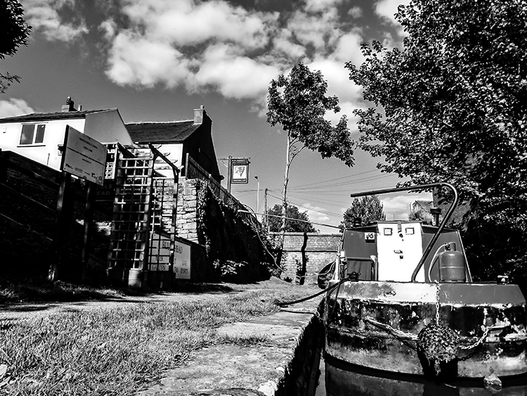 Narrow boat parked by a public house on the Macclesfield canal in Cheshire, England on Mallory on Travel adventure, adventure travel Iain_Mallory_Canal1401841 narrow_boat.jpg